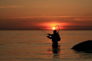 湖に立ち込む釣り人